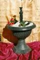 Dekorační fontána s řeckou sochou Karyatis
